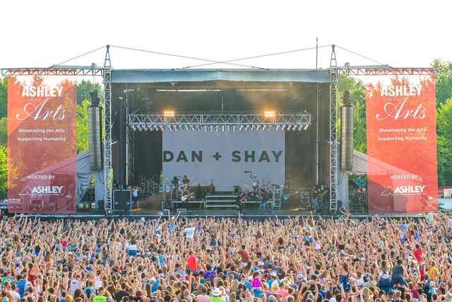 DanShay_Crowd.jpg DanShay_Crowd.jpg